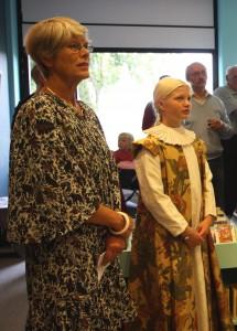 Sammen med barnebarnet Frida, klædt ud i renæssance dragt, 2009